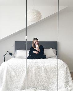 When you are married to an engineer only a few hours pass between you wishing a diy headboard for the bedroom and the final result /// Ich kann es nur immer wieder sagen: einen Ingenieur zu heiraten ist immer eine sehr gute Idee. Ich wollte ein Kopfpanel für unser Bett haben und hatte heute den gesamten Tag einen sehr glücklichen und vertieften Bastler um mich herum und das Ergebnis ist der Wahnsinn  Ich glaube jetzt will ich ein Haus   #bedroom #diy #headboard #grey #white #eosvita #hasena…