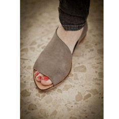 Flat Grey shoes por WalkByAnatDahari en Etsy, $205.00