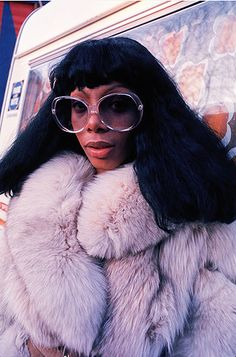 The late, great Donna Summer rocking oversized disco queen glasses. The look of an era that she so helped to define. Glam Rock, 70s Fashion, Look Fashion, Vintage Fashion, 1970s Disco Fashion, Fashion Tag, Fashion Ideas, Dona Summer, Summer Fall