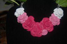 Collar rosas de piel en rosa y blanco