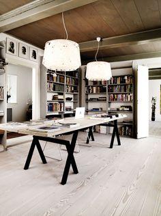 Gott om plats i hemma-kontoret som domineras av ett stort bord där bordsskivan är tillverkad av Douglasträ, Dinesen. Bordsbockar från Sup Bu...