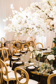 @vagencyevents #weddingparty #weddingideas #weddingdecor #weddingdecoration #weddingdiaries #weddingplanner #weddingplanning #luxurywedding #venuedecor #weddingflowerdecor #weddingflowers #weddinglorist #floralarrangements
