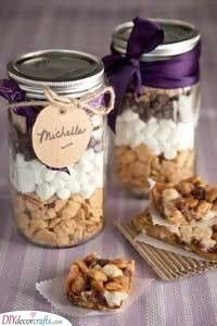 Paula Deen Simple S'mores Bar in a Jar - party favor? Mason Jars, Mason Jar Gifts, Gift Jars, Paula Deen, Yummy Treats, Sweet Treats, Graham Cracker Cookies, Graham Crackers, Dessert In A Jar
