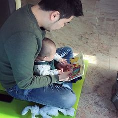B O  E K J E lezen met PAPA   There is no better way to learn a second language than hearing it from birth. Were trying to raise our son Nathan to be bilingual. Daddy talks mostly Dutch and mommy Chinese.  #dadlife #daddysboy #boys #boyswillbeboys #smilewithus #love #familyofthree #parenting #motherhood #parents #youngparents #alotofhappiness #huisjevolliefde #babyboy #itsaboy #boekstart #babyfourmonthsold #green #dribbel #education #youngeducated #bilingual #childhood #dadson…