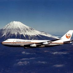 Beautiful Boeing 747, flying with the best view on the right. . #飛行機 #ガーデンジェット #日本庭園の美を世界の空に #タイムスリップ #富士山 #Timetravel #1970 #Boeing747 #Airplane #MountFuji #Japan #JAL #FlyJAL #JapanAirlines