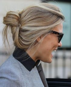 18 Quick and Simple Updo Hairstyles for Medium Hair After years of long, straight hairstyles worn around the shoulders, it's marvellous to see the variety of mould-breaking new styles that are bringing in lots of fresh and original hair designs! Easy Updo Hairstyles, Pretty Hairstyles, Wedding Hairstyles, Pelo Midi, Medium Hair Styles, Short Hair Styles, Brown Blonde Hair, Curly Blonde, Blonde Highlights