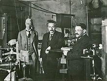 Einstein bezoekt in de jaren 20 met Paul Ehrenfest (rechts) het laboratorium van Pieter Zeeman (links) aan de Universiteit van Amsterdam