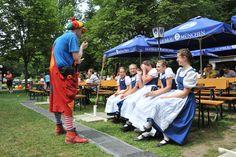 https://flic.kr/p/oqoznx | Unser #Clown macht Seifenblasen für die hübschen #Dirndl aus der Trachtengruppe :-) So schön wars beim Buchenhainer #Waldfest im #Biergarten nahe #München Pullach