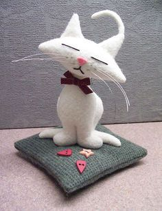 DIY Kitty Kat Pincushion Free Pattern download also very detailed directions download....so cute, need to see the back.