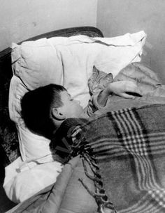 Vincent et le chat | photo by Willy Ronis