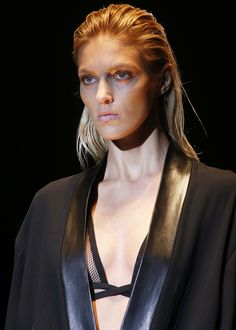 Anja Rubik au defile Gucci printemps-ete 2014 http://www.vogue.fr/beaute/en-coulisses/diaporama/en-backstage-du-defile-gucci-printemps-ete-2014/15283/image/838904#!anja-rubik-au-defile-gucci-printemps-ete-2014