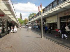 De Lijnbaan is de eerste (autovrije) winkelstraat van Europa en deze ligt in Rotterdam. Het is een grote open passage en aan beide kanten van de Lijnbaan zitten talloze winkels. Veel winkels voeren hier de grote en bekende merken, maar als je goed zoekt vindt je ook een paar winkeltjes die hun eigen collectie hebben.