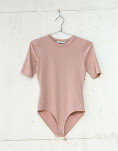 Body rib manga curta. Descubra esta e muitas outras roupas na Bershka com novos artigos cada semana
