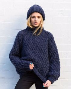 15 pulls que l'on a envie de se tricoter Gros pull en laine bleu nuit oversize Plus Merino Wool Sweater, Wool Sweaters, Marie Claire, Crochet Wool, Waffle Knit, Sweater Weather, Crochet Clothes, Diy Fashion, Knitwear