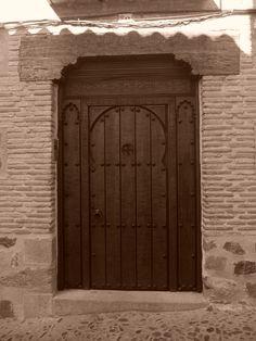 Puerta de estilo mudéjar vecina a la iglesia de Santiago del Arrabal.