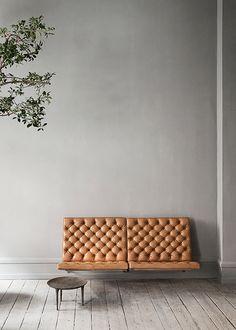 Leather wall-mounted sofa. Poul KKjærholm. PK26 | Version exclusive du canapé mural en acier plat recouvert de cuir du Niger ; une peau de chèvre en provenance d'Afrique de l'Ouest.