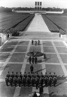 fotografia tomada en 1934. se trataba de un Nuremberg Rally (que significa Reich nacional convención del partido) fue una manifestacion anual del NSDAP (Partido Nazi) en Alemania , que tuvo lugar desde 1923 hasta 1938. Eran grandes propaganda nazi eventos, sobre todo después de la llegada de Hitler al poder en 1933. El Reichsparteitage se llevaron a cabo en los terrenos de rally del partido nazi en Nuremberg desde 1933 hasta 1938