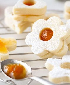 Easy Butter Shortbread Cookies — So easy to make and spectacular, these buttery shortbread cookies taste divine and litterally melt in your mouth.