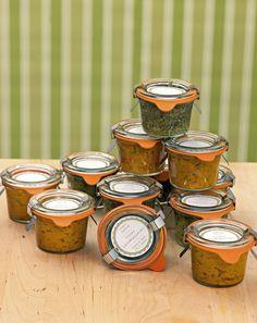 Pesto - Basilikumblätter zupfen und zusammen mit der Knoblauchzehe und dem Parmesan in ein hohes Gefäß füllen. Die Pinienkerne leicht anrösten und zum Basilikum geben. Nun ein wenig Olivenöl ergänzen und mit einem Zauberstab fein mixen. So viel Olivenöl ergänzen, bis die Masse geschmeidig wird. Nach Geschmack mit Salz und Pfeffer würzen.