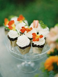 Mini cupcakes with chocolate and vanilla frosting shot Wedding Reception Timeline, Cake Table, Dessert Tables, Mini Desserts, Wedding Desserts, Cakes Plus, Wedding Nails For Bride, Pudding Cookies, Blush Wedding Invitations