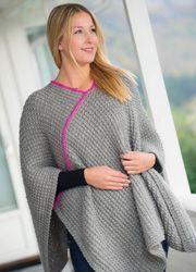 Den skønne, strikkede poncho er faktisk mere praktisk end en plaid, når du sidder og hygger i sofaen. Hvis du også hækler de dobbelte tøfler, er du godt dækket ind mod vinterkulden