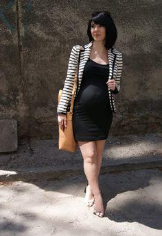 Escoge un vestido ajustado y cubrete con una chaqueta, un toque formal para tu embarazo.