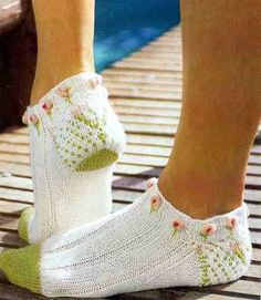 Knit sping footies objasnuvanje so sema Knitted Slippers, Crochet Slippers, Knit Crochet, Knitting Socks, Baby Knitting, Knitting Designs, Knitting Patterns, Knit Shoes, Knitwear Fashion