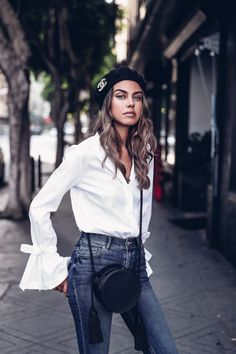 White blouse with statement sleeves, dark jeans, black tassel leather bag, and a beret with a Chanel brooch on it - perfect outfit for a warm spring or fall day #outfitidea #darkjeans #blackleatherbag #tasselbag #whiteblouse #beret #ChanelBrooch #outfit #style #fashion Style Désinvolte Chic, Style Casual, Casual Chic, Rock Style, Smart Casual Outfit Summer, Casual Fall Outfits, Elle Fashion, Fashion Outfits, Womens Fashion