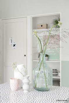 Livingroom inspiration with black, white and pastels | Binti Home blog : Interieurinspiratie, woonideeën en stylingtips