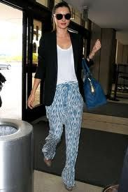 Miranda Kerr in jet set look ! printed trousers R trendy & comfy with white tee & navy blazer , The YSL Cabas tote in electric blue luxes the look Estilo Miranda Kerr, Miranda Kerr Outfits, Miranda Kerr Style, Summer Airplane Outfit, Airplane Outfits, Holiday Fashion, Star Fashion, Image Fashion, Patterned Jeans