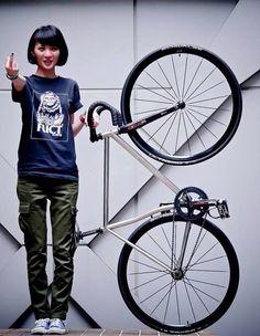 女性と自転車