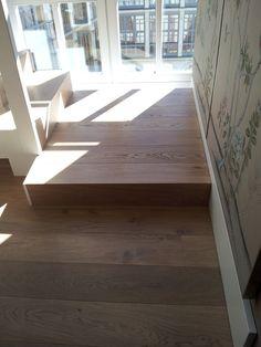 Forrado de escalera con pavimento de madera.