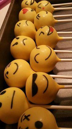 Emoji cake pops... ficaram dentro do ofurô de MeM's... para crianças!