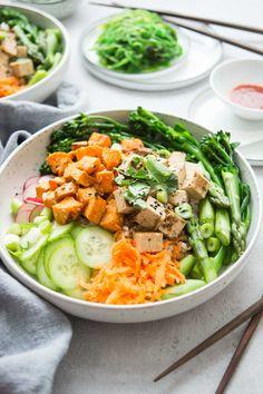 Vegane Poke Bowl mit Bimi, Spargel, Süßkartoffeln, Tofu, Rezept