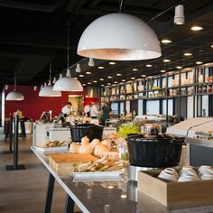 #lampenundleuchten.at #Innenbeleuchtung #Deko #Außenbeleuchtung #Cafe #Restaurant Cafe Restaurant, Conference Room, Table, Furniture, Home Decor, Interior Lighting, Deko, Meeting Rooms, Tables