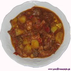 Hungarian kettle goulash – party recipe with picture – Famous Last Words Dutch Oven, Chana Masala, Food Pictures, Kettle, Slow Cooker, Chili, Food And Drink, Beef, Ethnic Recipes