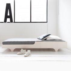 La Cama de la firma danesa Rafa Kids es una pieza elegante diseñada dentro de un concepto minimalista con líneas puras, es un mueble con un estilo único y funcional que te permitirá crear espacios infantiles frescos y contemporáneos.