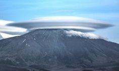 una nuvola o una navicella ufo? l'etna avvolto da nuvole lenticolari dà spettacolo - Cronache