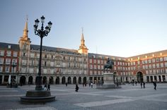 Unser privater Lieblingsplatz in Madrid, war die Plaza Mayor. Hier gibt es Märkte, Stadtfeste und viele nette Cafés. Wir waren beeindruckt von der schönen Architektur mit den Arkaden und Fresken. Wer Balkone liebt, ist hier genau richtig. Insgesamt umrahmen 237 Balkone den gesamten Platz. Er verfügt über neun Zugänge….mehr unter: http://welt-sehenerleben.de/Archive/2761/madrid-reise-ins-spanische-herz/  #Madrid #Spanien #Reisen #Urlaub