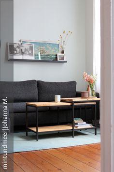 Sofa mit IKEA-Hack als Couchtisch.