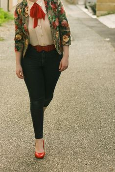 Floral blazer, jeans, and me at the tpff vintage outfits loo Quirky Fashion, Look Fashion, Autumn Fashion, Fashion Outfits, Womens Fashion, Lolita Fashion, Modest Fashion, Fashion Tips, Lady Like