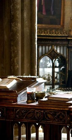 Set detail, Dumbledore's office - Harry Potter and the Half Blood Prince potter halloween aesthetic Décoration Harry Potter, Mundo Harry Potter, Dumbledores Office, Albus Dumbledore, Severus Snape, Hermione Granger, Ravenclaw, Fantastic Beasts, Belle Photo
