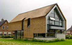 Moderne hus beklædt med strå