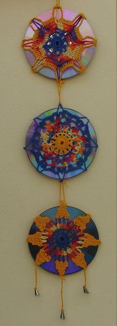 Meus primeiros pontos no crochê foram ensinados pela minha avó Branca Zamboni. <br>Ensinou-me, pacientemente, ao longo dos anos e meus primeiros trabalhos foram toalhinhas e roupinhas de bonecas.. e me apaixonei por trançar os fios e ver as peças coloridas tomando formas em minhas mãos!                                                                                                                                                      Mais