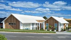 Display homes by local Auckland builders. House Plans Mansion, 4 Bedroom House Plans, Family House Plans, Ranch House Plans, Modern Barn House, Contemporary House Plans, White Brick Houses, L Shaped House, Courtyard House Plans