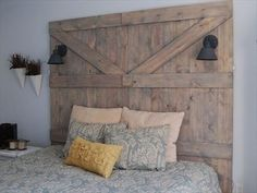 Little Yellow Barn: DIY Barn Door Headboard.step by step DIY instructions Rustic Headboard Diy, Diy Headboards, Wood Headboard, Headboard Ideas, Barn Door Headboards, King Headboard, Diy Pallet Projects, Home Projects, Pallet Ideas