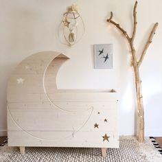 Le lit Lune est une création Crème anglaise. Baby Bedroom, Closet Bedroom, Baby Room Decor, Nursery Room, Kids Bedroom, Bedroom Decor, Doll Closet, Baby Box, Craft Sale