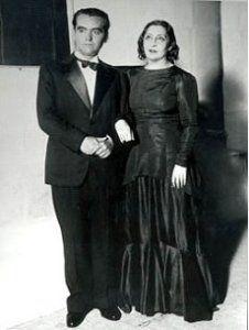 """Federico García Lorca y Lola Membrives después del estreno de """"Bodas de sangre"""" en 1933, en Buenos Aires."""