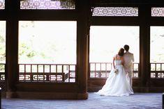 公園で撮影した秋の結婚フォト。東京新宿御苑で洋装ロケーションウェディング。