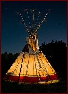 Sioux tipi at night Native American Teepee, Native American Beauty, American Indian Art, Native American History, Native American Indians, Native Indian, Native Art, Tenda Camping, Indiana